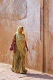 Kobieta w sari odprowadzeniu przy Agra fortem, Uttar Pradesh, India Obrazy Royalty Free