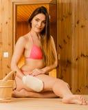 Kobieta w sauna z exfoliating rękawiczką Skincare Fotografia Stock