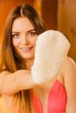 Kobieta w sauna z exfoliating rękawiczką Skincare Obraz Royalty Free