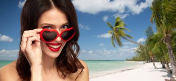 Kobieta w serce kształtujących cieniach na lato plaży zdjęcia stock