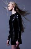 Kobieta w skóry sukni z długim podmuchowym włosy Zdjęcie Stock