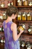 Kobieta w sklepie Fotografia Royalty Free