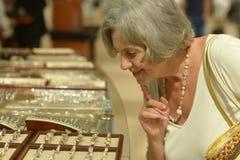 Kobieta w sklepie jubilerskim zdjęcie royalty free