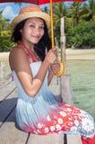 Kobieta w smokingowym obsiadaniu morzem zdjęcia stock