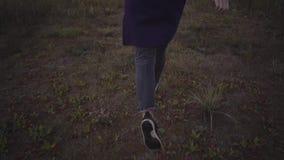 Kobieta w sneakers biega wolno przez trawy zbiory wideo
