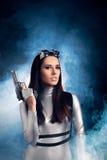 Kobieta w srebro przestrzeni mienia krócicy Kostiumowym pistolecie Fotografia Royalty Free