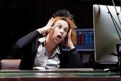 Kobieta w stresie przed komputerem obraz royalty free