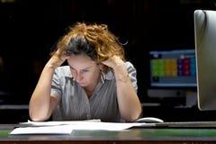 Kobieta w stresie przed komputerem obrazy royalty free