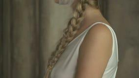Kobieta w sukni i bandażującej głowie z sterczeniem kwitnie zbiory wideo