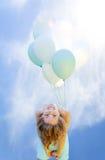 Kobieta w sukni jest uśmiechniętymi mień balonami Obraz Royalty Free