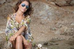 Kobieta w sukni na plaży Zdjęcia Stock