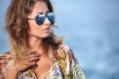 Kobieta w sukni na plaży Obrazy Royalty Free