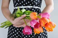 Kobieta w sukni trzyma Tulipanowego kwiatu bukiet Obraz Stock