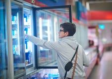 Kobieta w supermarkecie obraz stock