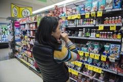 Kobieta w supermarket nawie Obraz Stock