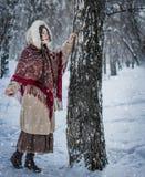 Kobieta w szaliku w zimie bawić się kryjówkę aport - i - obrazy royalty free