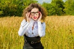 Kobieta w szkłach pozuje na naturze Fotografia Royalty Free