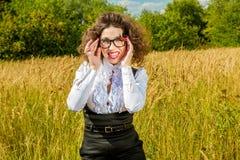 Kobieta w szkłach pozuje na naturze Zdjęcia Royalty Free