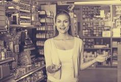 Kobieta w sztuk dostaw sklepie Fotografia Royalty Free