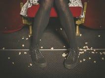 Kobieta w teatrze z popkornem na podłoga Zdjęcie Royalty Free