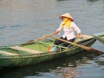Kobieta w trójgraniastym kapeluszu w paddle łodzi w Wietnam Zdjęcie Stock