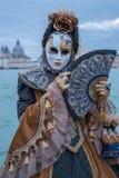 Kobieta w tradycyjnych kostiumach i maski z bazyliki Di Santa Maria della Salutujemy w tle, podczas Wenecja karnawału fotografia royalty free