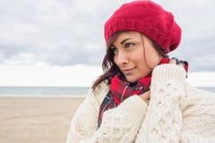 Kobieta w trykotowym kapeluszu i pulowerze na plaży fotografia stock