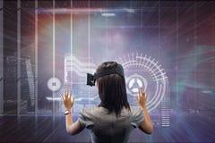 Kobieta w VR słuchawki wzruszającym interfejsie przeciw galaxy i miasta tłu Zdjęcia Stock