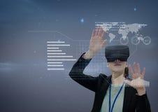 Kobieta w VR słuchawki wzruszającym interfejsie przeciw purpurowemu tłu Obrazy Stock