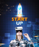 Kobieta w VR szkłach, zaczyna up rakietę Zdjęcie Stock