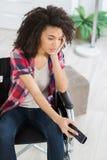 Kobieta w wózka inwalidzkiego czekaniu dla dźwignięcia Zdjęcie Royalty Free