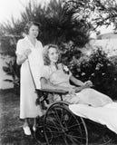 Kobieta w wózku inwalidzkim z pielęgniarką (Wszystkie persons przedstawiający no są długiego utrzymania i żadny nieruchomość istn obraz stock