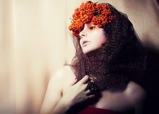Kobieta w wianku Rowan jagody - splendor zdjęcia royalty free