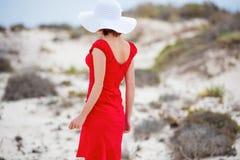 Kobieta w wieczór czerwieni sukni zdjęcia stock