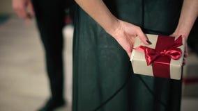 Kobieta w wieczór sukni Trzyma Z powrotem prezent Z rewolucjonistką zbiory