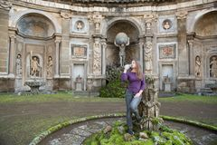 kobieta w willi Aldobrandini, Włochy fotografia royalty free
