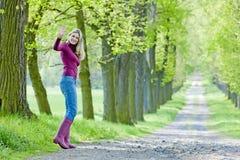 Kobieta w wiosna alei Zdjęcie Royalty Free