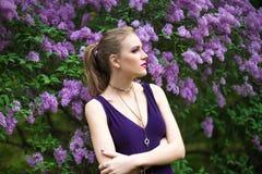 Kobieta w wiosna ogródu kwiatonośnym drzewie Fotografia Royalty Free