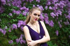 Kobieta w wiosna ogródu kwiatonośnym drzewie Obrazy Royalty Free
