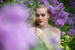 Kobieta w wiosna ogródu kwiatonośnym drzewie Zdjęcia Stock