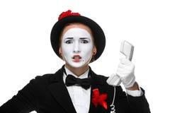 Kobieta w wizerunku mimie trzyma handset zdjęcie royalty free