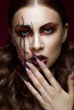 Kobieta w wizerunku pająk z kreatywnie sztuki makeup, gwoździami i długo Manicure'u projekt, piękno twarz obraz stock
