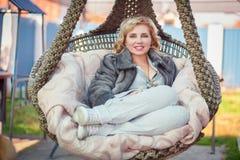 Kobieta w zawieszonym krześle Zdjęcie Royalty Free