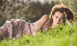 Kobieta w zielonej wiosna trawie Obraz Royalty Free