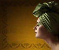 Kobieta w zielonym turbanie na tle stara ściana Zdjęcie Royalty Free