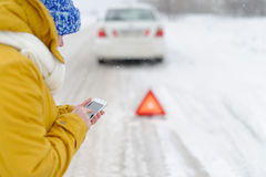 Kobieta w zim wezwaniach słóżba ratownicza Zdjęcia Stock