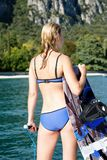 Kobieta wakeboarding surfing w wodzie przy plażą Zdjęcia Stock