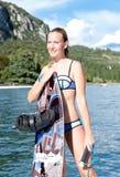 Kobieta wakeboarding surfing w wodzie przy plażą Obrazy Royalty Free