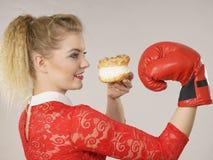 Kobieta walcz?ca z z?ego jedzenia, boksuje kremowego chuchu tort fotografia stock