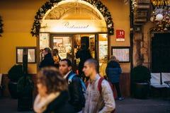 Kobieta wchodzić do Francuską restaurację podczas wakacji Zdjęcia Stock